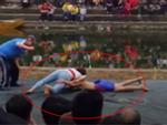 Clip cô gái quật ngã 2 nam đô vật tại hội làng gây sốt mạng xã hội