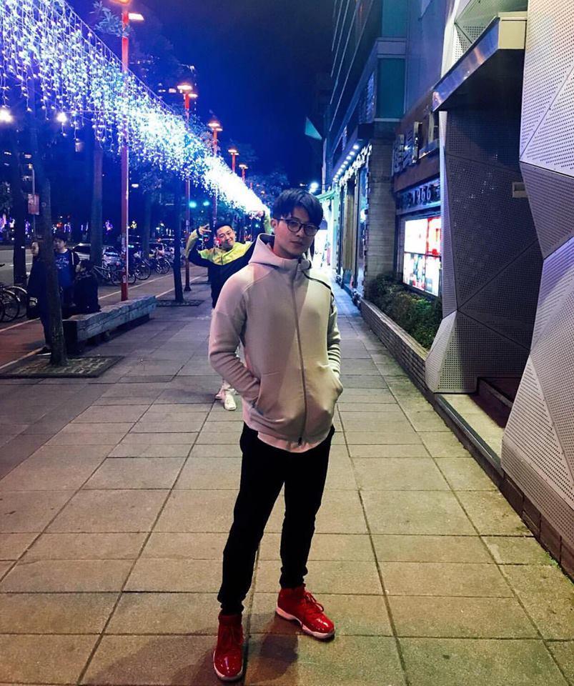 Ngất ngây trước bộ sưu tập giầy sneaker đắt đỏ của Harry Lu-9