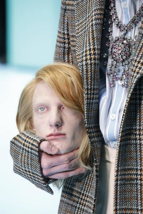 Người mẫu của Gucci đem đầu người, để ngực trần trên sàn diễn London Fashion Week-3