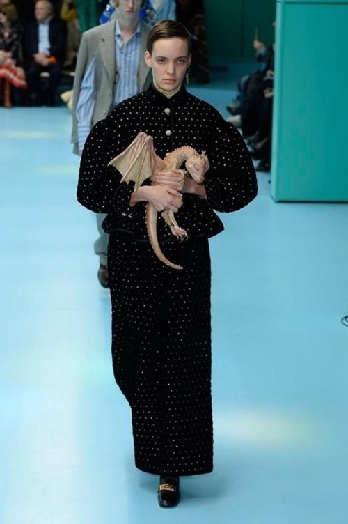 Người mẫu của Gucci đem đầu người, để ngực trần trên sàn diễn London Fashion Week-4