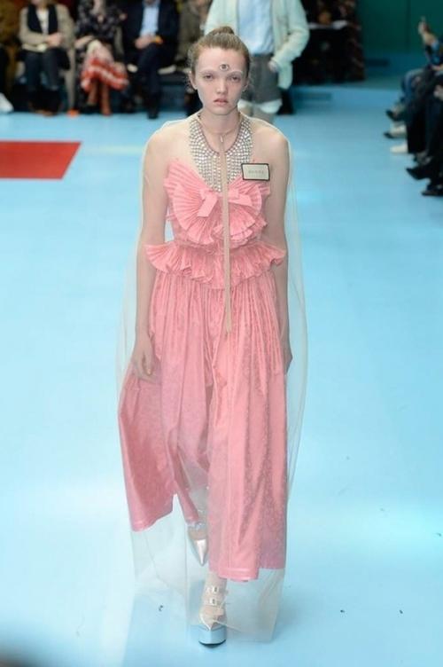 Người mẫu của Gucci đem đầu người, để ngực trần trên sàn diễn London Fashion Week-5