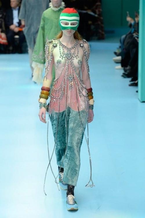 Người mẫu của Gucci đem đầu người, để ngực trần trên sàn diễn London Fashion Week-6