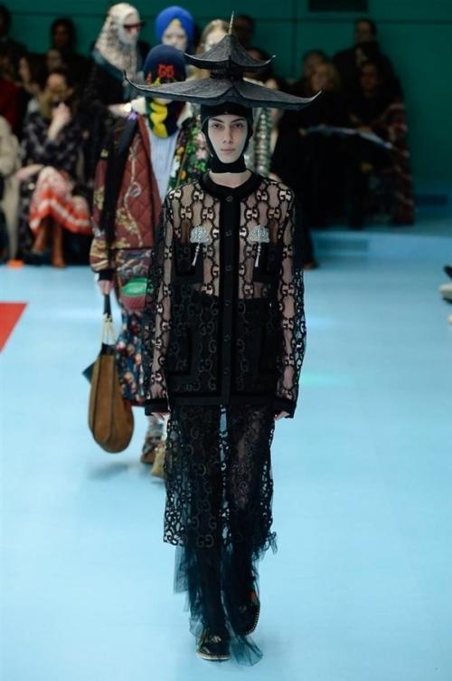 Người mẫu của Gucci đem đầu người, để ngực trần trên sàn diễn London Fashion Week-9