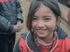 Bé gái H'Mông cực xinh xắn qua ống kính của nhóm phượt trẻ