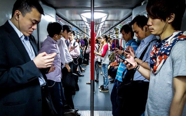 Cấm con cái, nhưng chính bố mẹ cũng nghiện smartphone-2