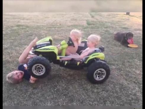 Những pha tai nạn hài không tưởng với ô tô đồ chơi