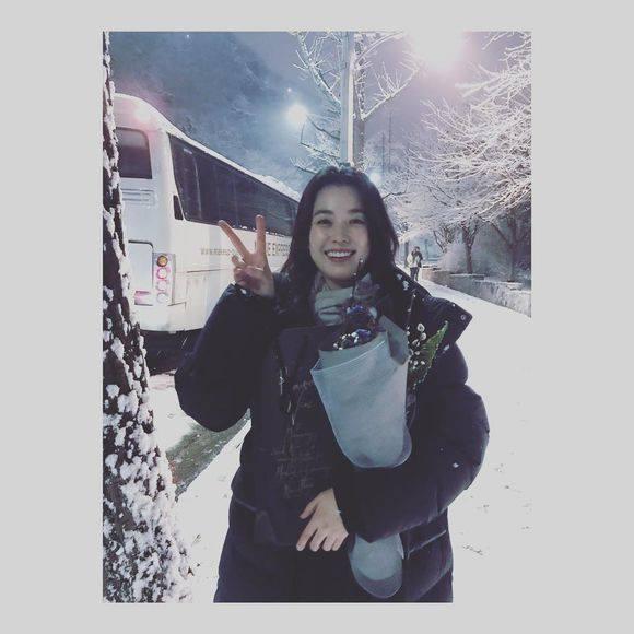 Sao Hàn 24/2: Han Hyo Joo rạng rỡ giữa trời lạnh giá để cảm ơn người hâm mộ-1