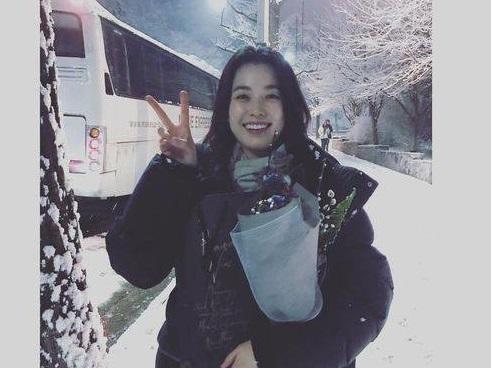 Sao Hàn 24/2: Han Hyo Joo rạng rỡ giữa trời lạnh giá để cảm ơn người hâm mộ