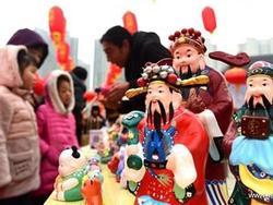 Ngày vía Thần Tài ở Trung Quốc: Dân đốt pháo hoa, ăn sủi cảo, không ai đi chen chúc mua vàng!