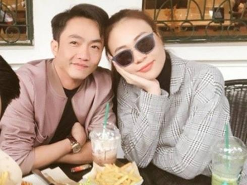 Cường 'Đô La' tình tứ với Đàm Thu Trang trong quán ăn tại Hà Nội