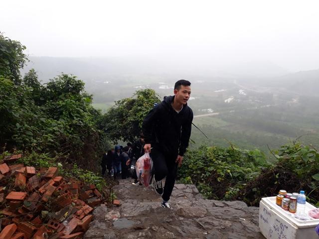 Chen chúc leo ngàn bậc lên núi thiêng lấy 'nước thánh'-1