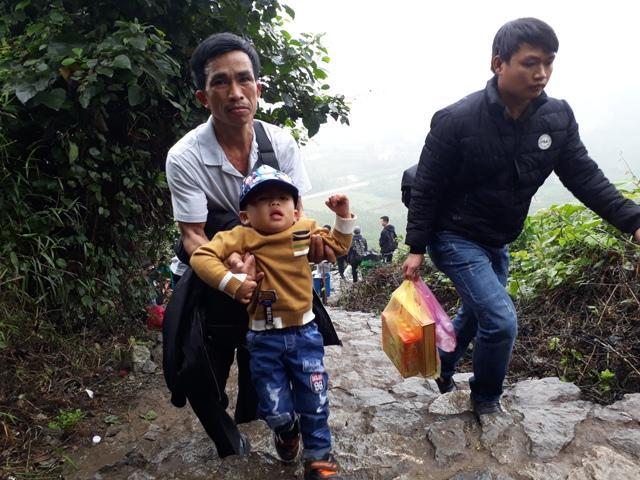 Chen chúc leo ngàn bậc lên núi thiêng lấy 'nước thánh'-2