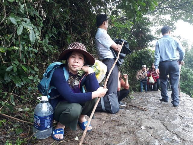 Chen chúc leo ngàn bậc lên núi thiêng lấy 'nước thánh'-3