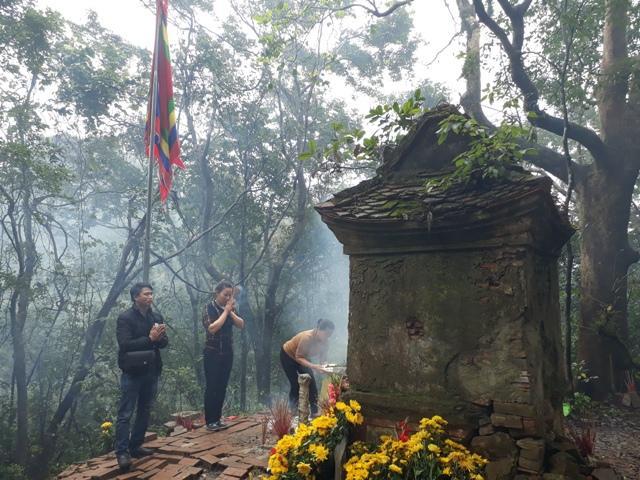 Chen chúc leo ngàn bậc lên núi thiêng lấy 'nước thánh'-5