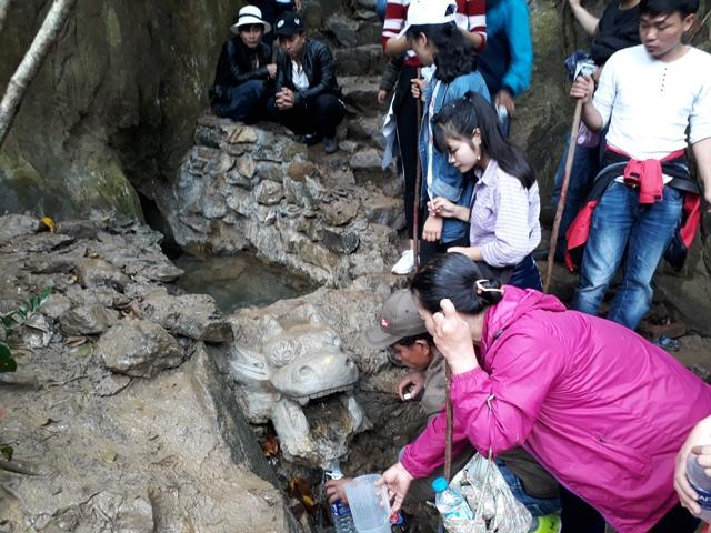 Chen chúc leo ngàn bậc lên núi thiêng lấy 'nước thánh'-8