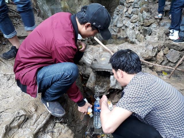 Chen chúc leo ngàn bậc lên núi thiêng lấy 'nước thánh'-9