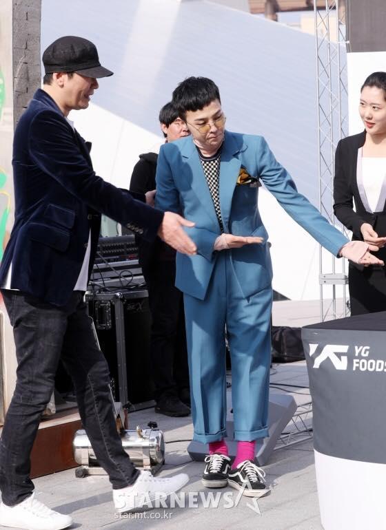 Xuất hiện với thần thái sang chảnh, G-Dragon vẫn khiến fan cười bò với thói quen đi giày giẫm gót-2