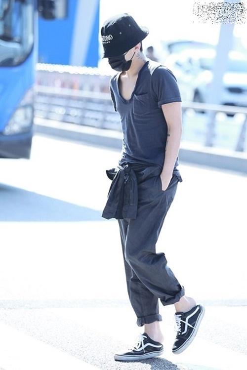 Xuất hiện với thần thái sang chảnh, G-Dragon vẫn khiến fan cười bò với thói quen đi giày giẫm gót-5