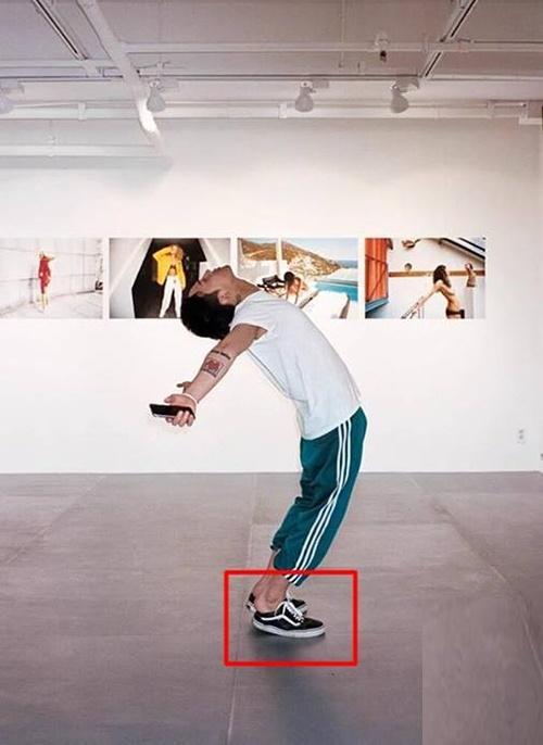 Xuất hiện với thần thái sang chảnh, G-Dragon vẫn khiến fan cười bò với thói quen đi giày giẫm gót-6
