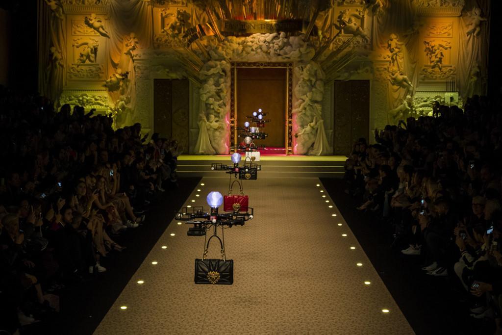 Dolce&Gabbana dùng máy bay thay thế người mẫu trên sàn diễn-2
