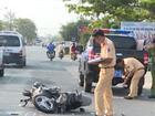 Xe máy va chạm với ôtô cảnh sát, 2 người bị thương