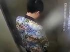 Hồn nhiên đi tiểu tiện trong... thang máy, cậu bé nhận 'gậy ông đập lưng ông' khi bị kẹt luôn trong đó