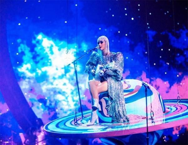 Katy Perry tiếp tục chọn NTK Công Trí thực hiện trang phục cho show diễn mới-2