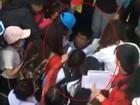 'Thánh lầy' Đức Chinh của U23 bị 'rừng' fans nữ bao vây xin chữ ký ở Bình Dương