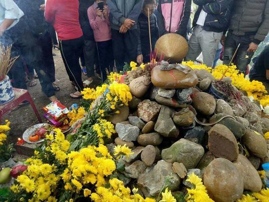Dân ùn ùn xem mẹ con rắn thần xuất hiện trên mộ vô danh-2