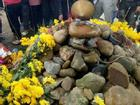 Dân ùn ùn xem mẹ con 'rắn thần' xuất hiện trên mộ vô danh