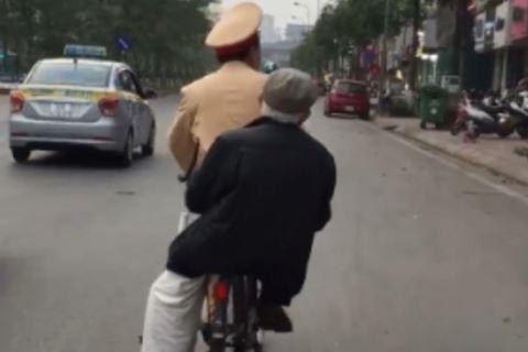 Chiến sĩ cảnh sát giao thông đi xe đạp chở cụ ông bị lạc đường về nhà-1