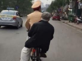 Chiến sĩ cảnh sát giao thông đi xe đạp chở cụ ông bị lạc đường về nhà