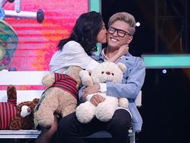 Vì yêu mà đến: Cuối cùng 'lời nguyền' tháo mắt kính được phá bỏ, Bảo Kun nắm tay cô gái 22 tuổi xinh đẹp ra về