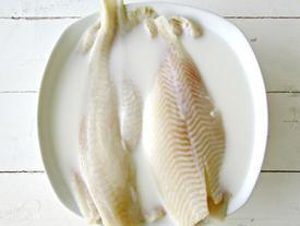 Để bếp không tanh mùi cá, trước khi chế biến hãy ngâm cá với hỗn hợp này