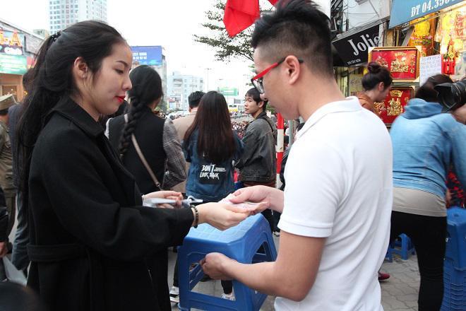 20.000 đồng/chiếc ghế vẫn không có để thuê, mẹ cho con ngồi đất cầu an tại chùa Phúc Khánh-1