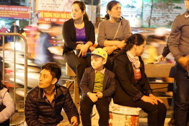 20.000 đồng/chiếc ghế vẫn không có để thuê, mẹ cho con ngồi đất cầu an tại chùa Phúc Khánh-10