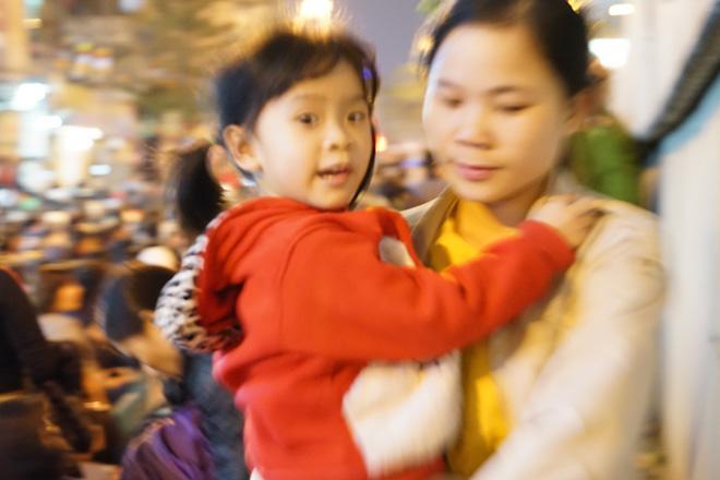 20.000 đồng/chiếc ghế vẫn không có để thuê, mẹ cho con ngồi đất cầu an tại chùa Phúc Khánh-11