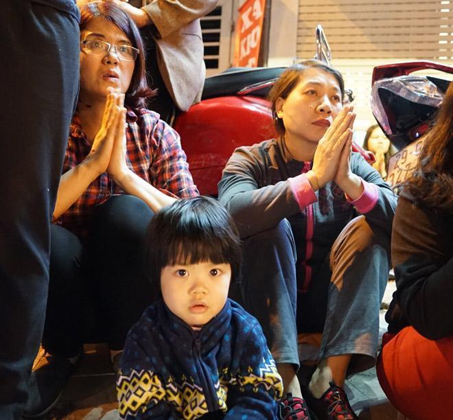 20.000 đồng/chiếc ghế vẫn không có để thuê, mẹ cho con ngồi đất cầu an tại chùa Phúc Khánh-2
