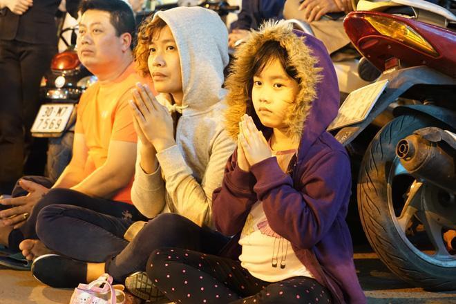 20.000 đồng/chiếc ghế vẫn không có để thuê, mẹ cho con ngồi đất cầu an tại chùa Phúc Khánh-3