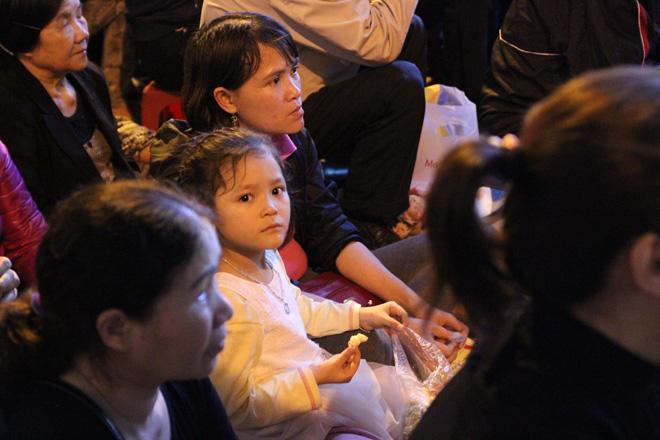 20.000 đồng/chiếc ghế vẫn không có để thuê, mẹ cho con ngồi đất cầu an tại chùa Phúc Khánh-9