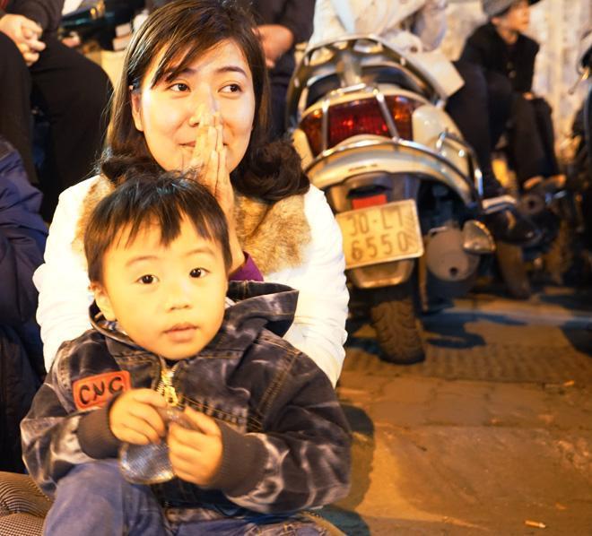 20.000 đồng/chiếc ghế vẫn không có để thuê, mẹ cho con ngồi đất cầu an tại chùa Phúc Khánh-4