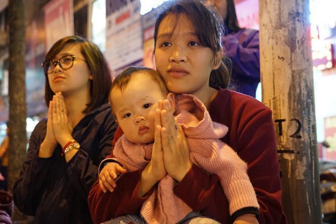 20.000 đồng/chiếc ghế vẫn không có để thuê, mẹ cho con ngồi đất cầu an tại chùa Phúc Khánh-5