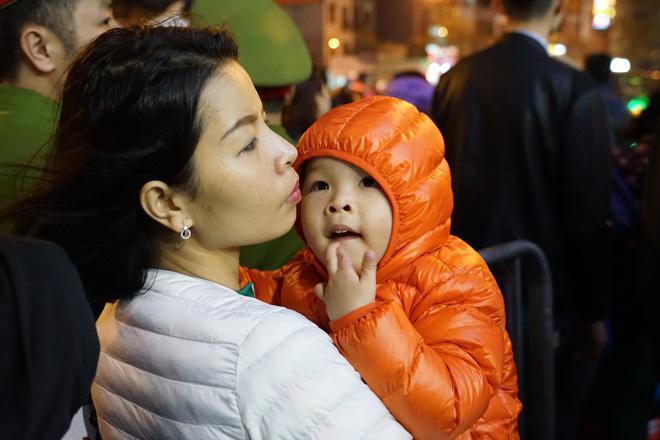 20.000 đồng/chiếc ghế vẫn không có để thuê, mẹ cho con ngồi đất cầu an tại chùa Phúc Khánh-6