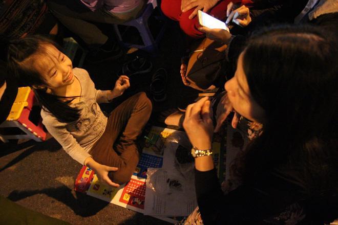 20.000 đồng/chiếc ghế vẫn không có để thuê, mẹ cho con ngồi đất cầu an tại chùa Phúc Khánh-7