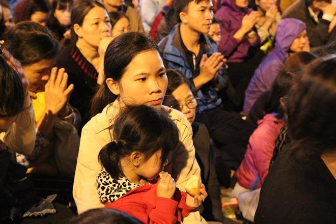 20.000 đồng/chiếc ghế vẫn không có để thuê, mẹ cho con ngồi đất cầu an tại chùa Phúc Khánh-8