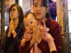 20.000 đồng/chiếc ghế vẫn không có để thuê, mẹ cho con ngồi đất cầu an tại chùa Phúc Khánh