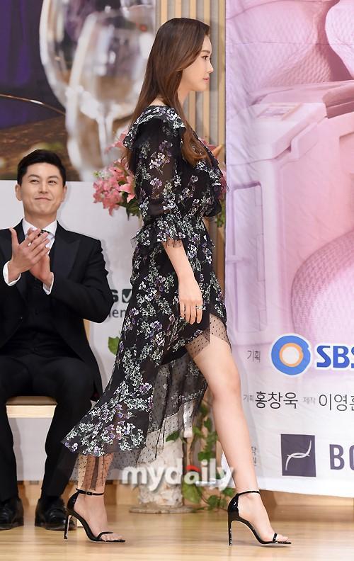 Nữ hoàng dao kéo Lee Da Hae gây thất vọng với khuôn mặt tượng sáp-1