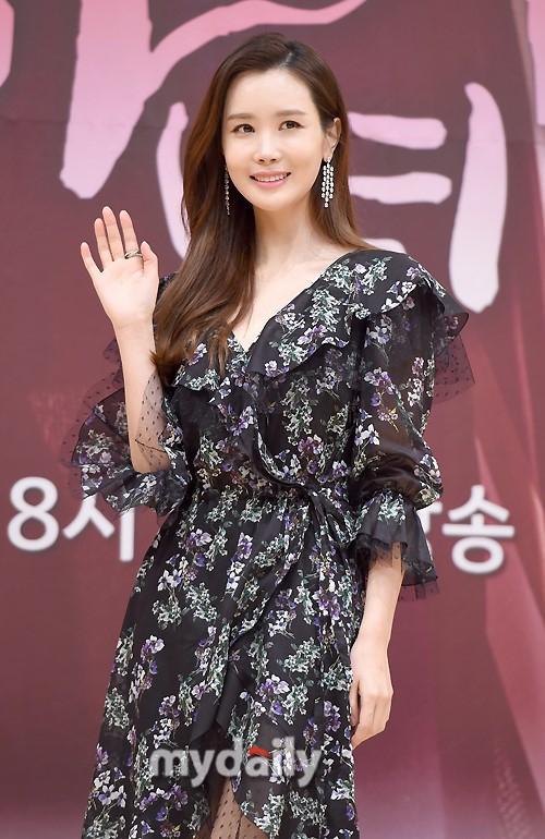 Nữ hoàng dao kéo Lee Da Hae gây thất vọng với khuôn mặt tượng sáp-2