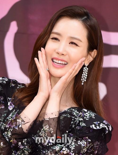 Nữ hoàng dao kéo Lee Da Hae gây thất vọng với khuôn mặt tượng sáp-3