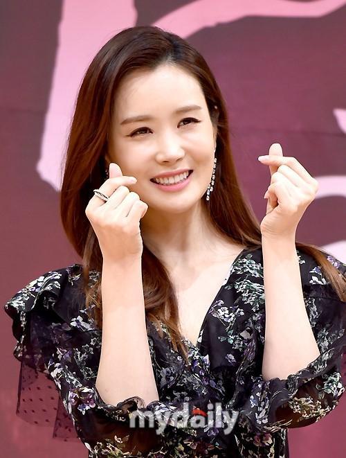 Nữ hoàng dao kéo Lee Da Hae gây thất vọng với khuôn mặt tượng sáp-4